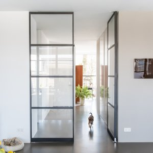 Stalen plafondhoge deur