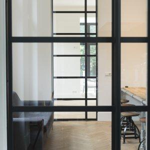 Stalen taatsdeuren met deurhoge duwers