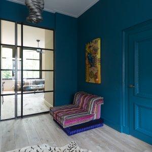 Voorbeeld interieur met stalen deur
