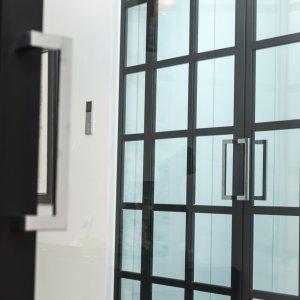 Dubbele stalen deuren met RVS design duwers