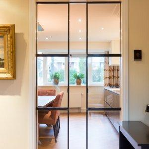 Openstaande stalen en suite deur