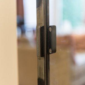 Stalen en suite deur met zichtbaar laswerk