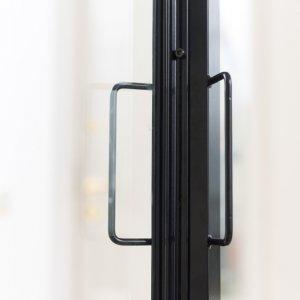 Stalen deur met slanke greepjes